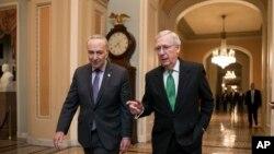 Lãnh tụ khối đa số Thượng viện Mitch McConnell (phải) và lãnh tụ khối thiểu số Thượng viện Chuck Schumer (trái) sau khi Thượng Viện thông qua ngân sách hai năm ngày 7/2/2018.