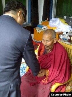 骆家辉大使9月访阿坝与藏僧见面(图片来源:纽约时报记者黄安伟Edward Wong推特 )