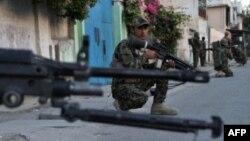 지난달 아프간 군기지에서 아프간 군인이 보초를 서고 있다.