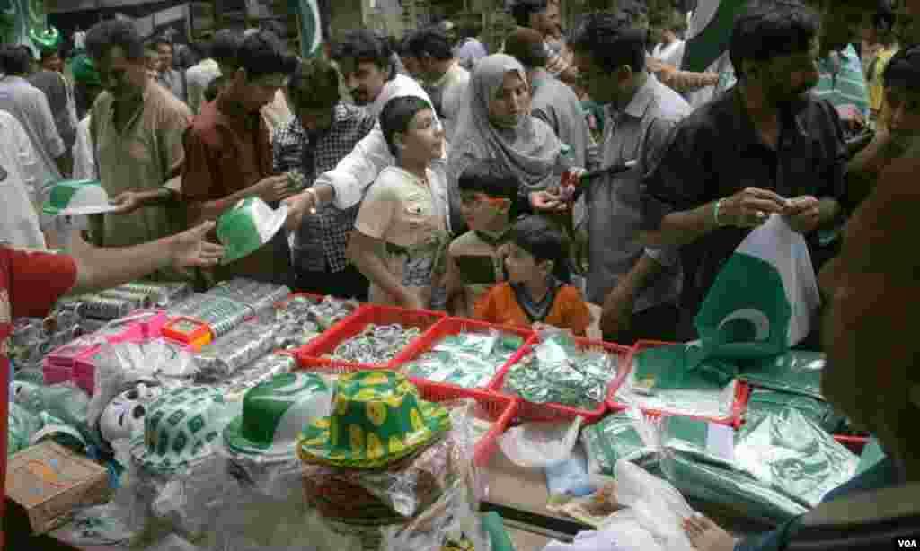جشن آزادی کے لئے خریداری کرتے بچے اور ان کے اہل خانہ