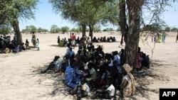 Người thất tán ngồi dưới bóng cây ở Turalei, thuộc quận Twic, cách thị trấn Abyei khoảng 130 km, ngày 27 tháng 5, 2011