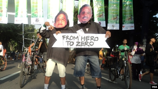 Sejumlah warga Solo menggelar aksi teatrikal, mengkritik maraknya narkoba dan korupsi di kalangan artis dan pejabat negara, 3 Februari 2013 (VOA/Yudha Satriawan)