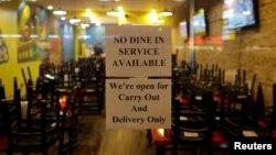 Sebuah restoran memasang pengumuman tentang penutupan restoran, untuk mengikuti instruksi Gubernur Illinois J.B. Pritzker mengenai pencegahan wabah virus corona di Chicago, Illinois, 16 Maret 2020. (Foto: Reuters)