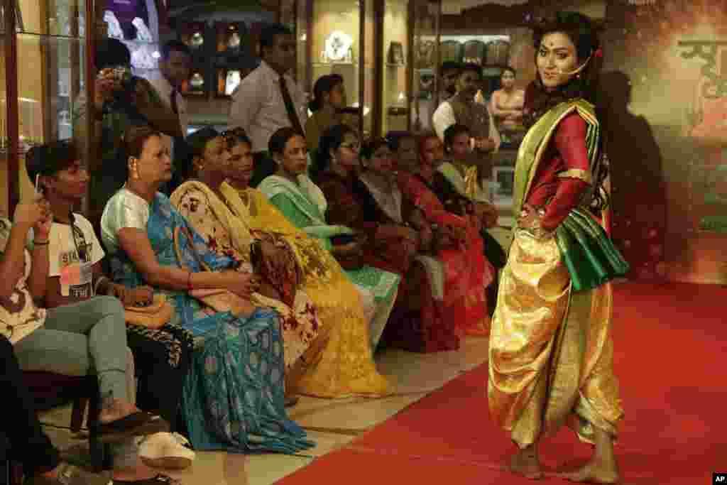 نمایش مد با حضور افراد «تراجنسیتی» در هند - «روما» مدل هندی در کلکته لباس و جواهراتش را به تماشاگران نشان میدهد. 