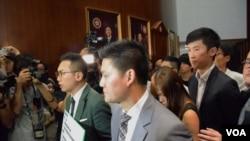 多名非建制派議員護送梁頌恆及游蕙禎進入立法會會議廳。(美國之音湯惠芸拍攝)