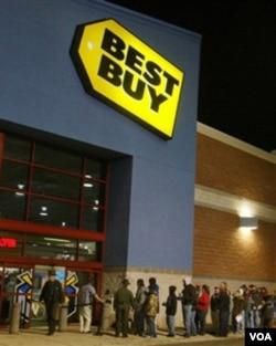 Warga mengantri di depan sebuah toko elektronik di Chesterfield, Virginia, pada pukul 4:30 pagi Jumat lalu.