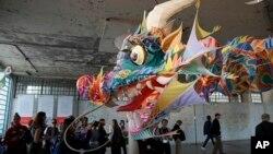 阿爾卡特拉斯島上艾未未藝術展中的龍頭風箏(2014年9月24日)
