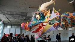 阿尔卡特拉斯岛上艾未未艺术展中的龙头风筝(2014年9月24日)