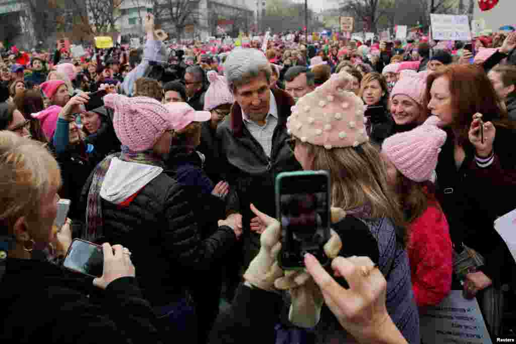 Former U.S. Secretary of State John Kerry walks to join the Women's March on Washington, after the inauguration of U.S. President Donald Trump, in Washington, D.C. Jan. 21, 2017.