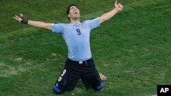 Dos golazos de Luis Suárez dieron el triunfo a los uruguayos.