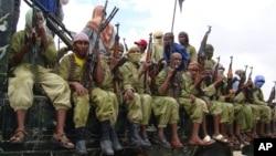 Trong bức ảnh tư liệu ngày 30 tháng 10 năm 2009, các chiến binh al-Shabab ngồi trên một chiếc xe tải khi tuần tra ở Mogadishu, Somalia.