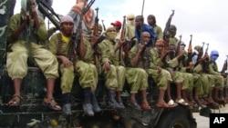 الشباب کے عسکریت پسند ایک ٹرک پر بیٹھ کر موغادیشو کا گشت کر رہے ہیں۔ اکتوبر 2009
