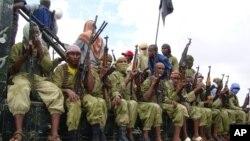 Para anggota al-Shabab di Somalia (foto: dok). Beberapa anggota al-Shabab telah menyatakan kesetiaan kepada ISIS, sehingga menimbulkan perpecahan.
