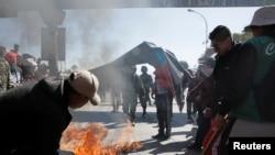 Estudiantes de la Universidad Pública de El Alto (UPEA), queman un neumático durante una protesta para exigir un aumento en el presupuesto de su institución, ubicada en las afueras de La Paz, Bolivia. Mayo 24 de 2018. REUTERS/David Mercado