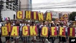 Dân Philippines biểu tình phản đối khi tàu Trung Quốc đánh bắt cá bất hợp pháp trong vùng bãi cạn Scarborough
