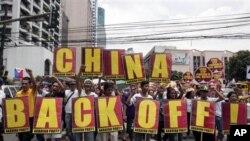 Người biểu tình Philippines hô khẩu hiệu trong lúc tuần hành về phía lãnh sự quán Trung Quốc trong khu tài chính Makati của Manila.