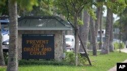 佛州一個小鎮的入口處顯示嚴防積水遏制病毒傳播