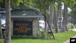 Papan peringatan penyebaran penyakit Zika di Key Biscayne, Florida (17/8). (AP/Wilfredo Lee)