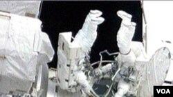 Dua astronot Amerika: Garrett Reisman (kiri) dan Stephen Bowen saat melakukan spacewalk di stasiun antariksa internasional, 17 Mei 2010.
