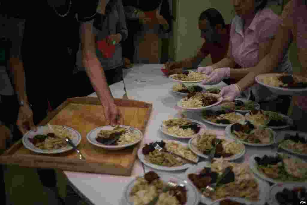 В приготовлении еды участвуют как волонтеры, так и жильцы. Продукты предоставлены НКО. Фото: J. Owens