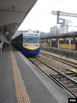 台铁列车(美国之音申华拍摄)