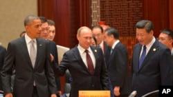 ( 前排坐起)美国总统奥巴马、俄罗斯总统普京和中国主席习近平在北京的亚太经合组织峰会上(2014年11月11日)