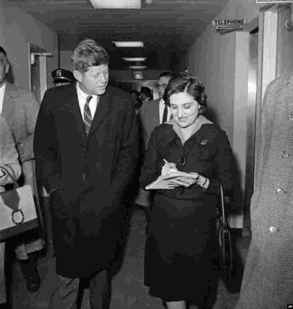 Jurnalist Helen Tomas ABŞ prezidenti seçilmiş Con Kennedidən Vaşinqtonda müsahibə götürür.