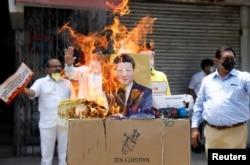 2020年6月22日印度新德里举行抗议活动,燃烧中国制造产品和有习近平主席画像的海报