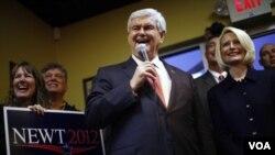 Kandidat Capres dan mantan Juru Bicara DPR Newt Gingrich berpidato didampingi istrinya, Calista (kanan) di restoran Whiteford, South Carolina (21/1).
