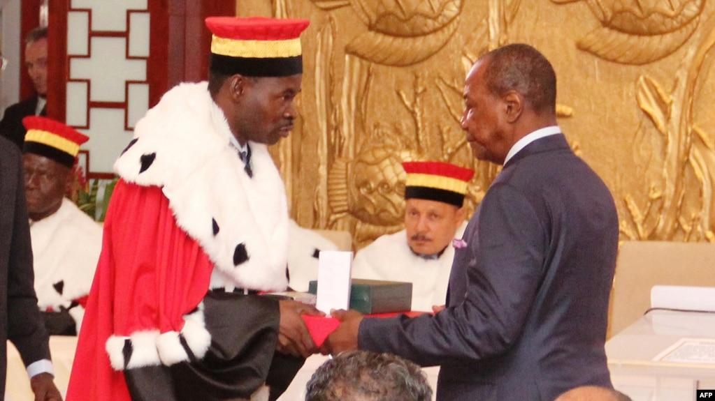 Alpha Condé prête serment devant la cour constitutionnelle à Conakry, le 21 décembre 2015.