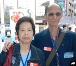 香港市民劉女士(左)與張先生