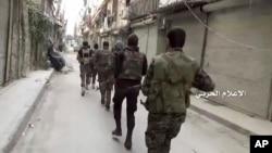 敘利亞政府控制的媒體提供的視頻的截圖顯示敘利亞政府軍在阿勒頗巡邏(2016年10月4日)