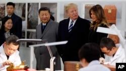 美国的唐纳德·川普总统,第一夫人梅拉尼亚和中国主席习近平在北京紫禁城参观故宫文物医院(2017年11月8日)。
