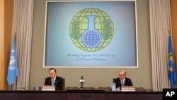 8일 헤이그의 화학무기금지기구에서 시리아정부에 조사단 입국 허용을 촉구하는 반기문 유엔사무총장(왼쪽).