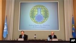 Sekjan PBB Ban Ki-moon (kiri) saat berpidato di kantor pusat Organisasi Pelarangan Senjata Kimia (OPCW) di Den Haag, Belanda, 8 April 2013 (Foto: dok). Suriah dilaporkan telah mulai menyerahkan informasi terkait program senjata kimianya ke OPCW, Kamis (18/9).