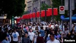 Watu wa China kwenye barabara za mji wa Shanghai