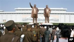 8일 북한의 김일성 주석 사망 18주기를 맞아 만수대 언덕을 찾은 평양 주민과 군인들.
