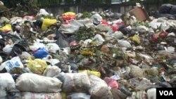 Tumpukan sampah tidak dapat ditampung sehingga meluber sampai ke jalan-jalan di Bandung. (VOA/R. Teja Wulan)
