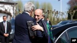 4月24日美国国务卿克里在布鲁塞尔会见阿富汗总统卡尔扎伊