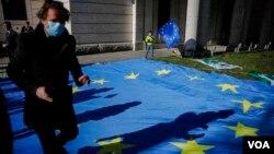 Un homme participe à un événement de Pulse of Europe pour recueillir des signatures de soutien à l'Italie, devant l'ambassade d'Italie à Berlin le 22 avril 2020. (AP Photo/Markus Schreiber)