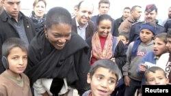 Kepala Kantor Urusan Pengungsi PBB, Valerie Amos (kedua dari kiri) saat meninjau kam pengungsi Suriah Al Zaatri di Mafraq, Yordania (foto: dok).
