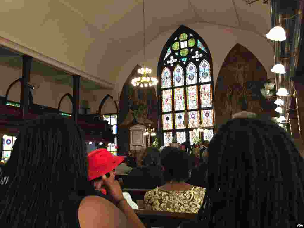 Des membres de l'église Emmanuel réunis en prière, à Charleston, Caroline du Sud, le 21 juin 2015. (Amanda Scott/VOA)