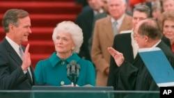 بیس جنوری 1989ء کو لی گئی تصویر جس میں جارج ایچ ڈبلیو بش امریکہ کے 41 ویں صدر کا حلف اٹھا رہے ہیں۔ ان کی اہلیہ باربرا بش بھی موجود ہیں۔ (فائل فوٹو)
