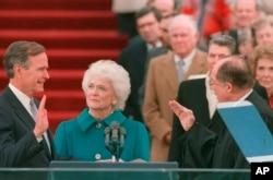 조지 H.W. 부시(왼쪽) 제41대 미국 대통령이 지난 1989년 1월 20일 워싱턴DC 연방의사당 앞에서 취임 선서를 하고 있다. 가운데는 부인 바버라 여사.