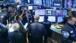 Фондові ринки США на 15 хвилин зупинили торги, аби вгамувати паніку і зупинити обвал цін на акції. Відео