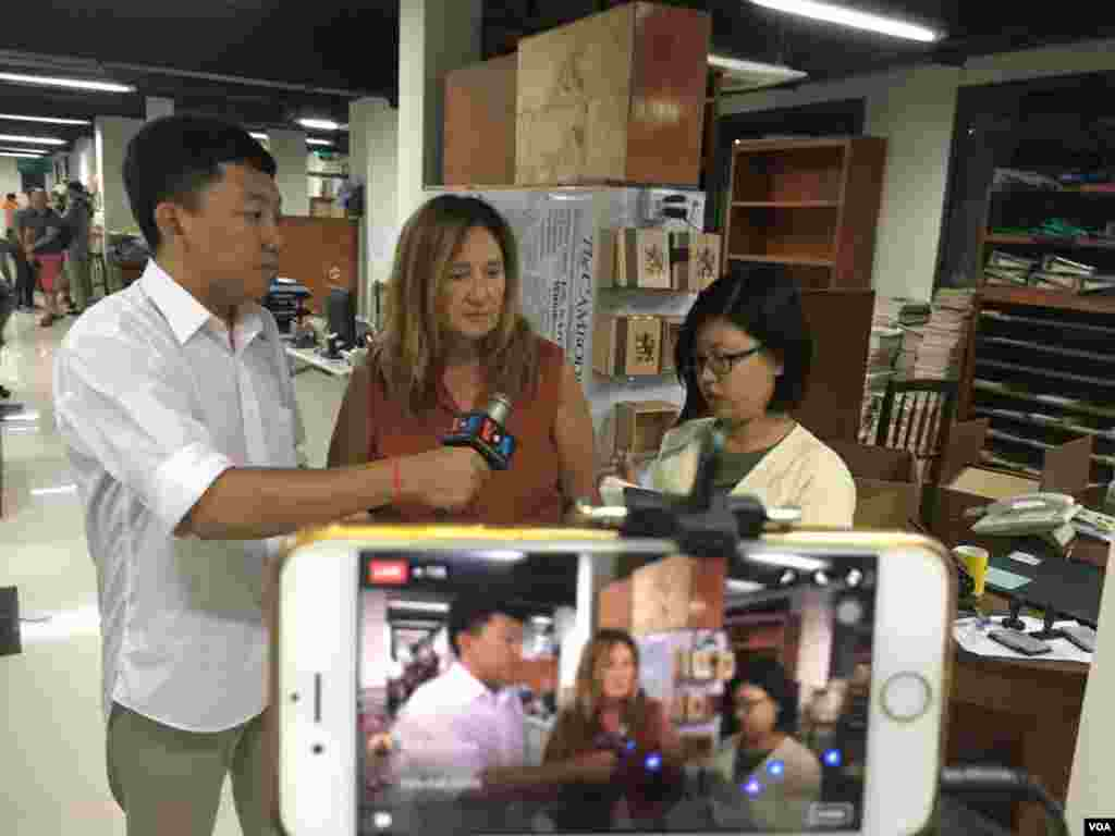 Jodie DeJonge ,Editor-in-chief at the Cambodia Daily Newspaper, talked with VOA Khmer via Facebook Live on the last day of the paper after 24 years in Cambodia, Phnom Penh, September 03, 2017. (Hean Socheata/VOA Khmer)