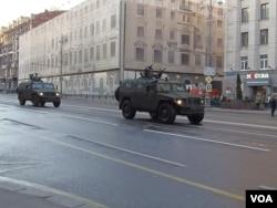 勝利日紅場閱兵前夕彩排時,在莫斯科市中心行進的虎式吉普車,俄軍特種部隊不久前在克里米亞曾廣泛使用。 (美國之音白樺 拍攝)