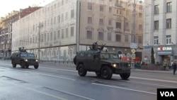 胜利日红场阅兵前夕彩排时,在莫斯科市中心行进的虎式吉普车,俄军特种部队不久前在克里米亚曾广泛使用。(美国之音白桦 拍摄)