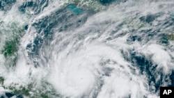Citra satelit GeoColor, Senin, 2 November 2020, pukul 13.00. EDT, menunjukkan Badai Eta di Teluk Meksiko mendekati perbatasan Honduras dan Nikaragua.(NOAA via AP)