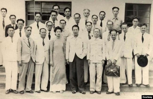 Cựu hoàng Bảo Đại và Hoàng hậu Nam Phương chụp chung với các chính khách Việt Nam sang dự Hội Nghị Hồng Kông 1947 (Nguyễn Tường Tam đứng hàng thứ ba, và là người thứ ba từ phải). [tài liệu ORDI / Oriental Research Development Institute – Viện Nghiên Cứu Phát Triển Phương Đông]